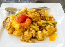 Calamar fritado Stir com yolk de ovo salgado fotos de stock royalty free