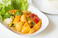 Calamar frito Stir con la yema de huevo salada Foto de archivo