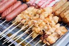 Calamar grelhado a comer. Imagem de Stock Royalty Free
