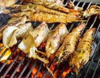 Calamar grelhado enchido com marisco pelo fogo e pelo BBQ imagens de stock royalty free
