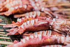 Calamar grelhado na grade com as varas do espeto no alimento da rua foto de stock royalty free