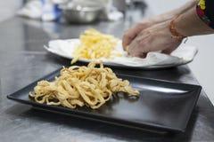 Calamar panado com fritadas Alimento gourmet e conceito haute da culinária imagem de stock royalty free