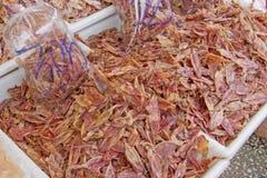 Calamar secado en una recogida blanca Fotos de archivo libres de regalías