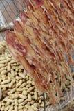 Calamar secado y cacahuetes hervidos Fotografía de archivo libre de regalías