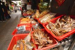 Calamar secado y otras delicadezas de los mariscos de la calle de mercado Fotografía de archivo