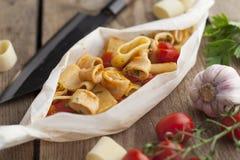 Calamarata maträtt med ingredienser på träyttersida Arkivfoton