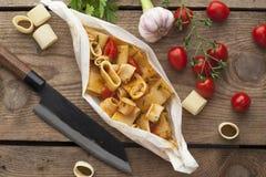 Calamarata maträtt med ingredienser på träyttersida Royaltyfri Bild