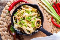 Calamares grelhados com as batatas na frigideira Fotos de Stock Royalty Free