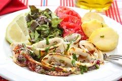 Calamares grelhados com salada e batatas - estilo português Fotos de Stock Royalty Free