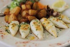 Calamares grelhados deliciosos com batatas e limão e littlle outubro Foto de Stock Royalty Free