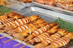 Calamares grelhados do BBQ em varas Fotos de Stock Royalty Free