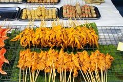 Calamares grelhados em varas, mercado de rua de Phuket imagens de stock royalty free