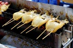 Calamares grelhados no fogão Foto de Stock
