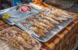 Calamares grelhados no mercado de Koh Chang Fotos de Stock