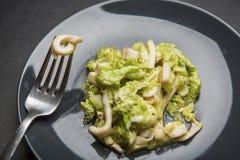 Calamari с листьями салата стоковое фото rf