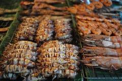 Calamari e gamberetti grigliati fotografia stock libera da diritti