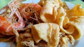 Calamari et crevettes roses frits m?lang?s Cuisine italienne photo stock