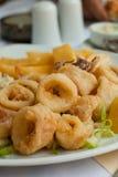 Calamari fritado com vegetais imagem de stock
