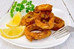 Calamari frito con el limón en la placa Foto de archivo