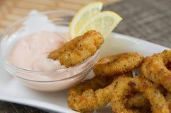 Calamari fritti con salsa Fotografia Stock