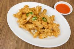 Calamari fritti nel grasso bollente del calamaro con la salsa piccante di sriracha fotografia stock libera da diritti