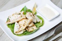 Calamari grelhado com molho de aioli dos espinafres e do alho Imagens de Stock Royalty Free