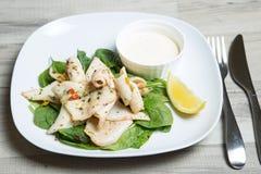 Calamari grelhado com molho de aioli dos espinafres e do alho Fotografia de Stock Royalty Free
