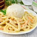 Calamari in roomsaus met rijst aan boord Stock Foto's