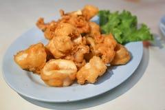 Calamarien eller den stekte tioarmade bläckfisken eller chipset stekte calamarien Arkivbilder