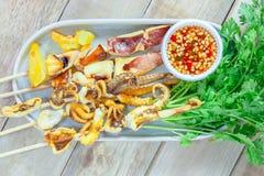 Calamaro arrostito e verdura con la salsa di frutti di mare in piatto bianco immagine stock libera da diritti