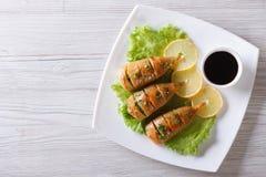 Calamaro arrostito su un piatto con salsa vista superiore orizzontale fotografia stock