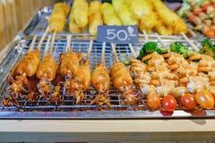 Calamaro e gamberetto sugli spiedi al mercato tailandese di notte Fotografie Stock