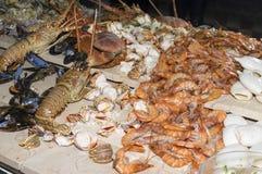 Calamaro e granchio del gamberetto su una tavola festiva immagini stock
