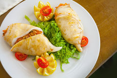 Calamaro farcito con frutti di mare in piatto bianco Fotografia Stock