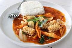 Calamaro rosso della pasta di curry fritto scalpore immagini stock