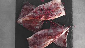 Calamary fresco en la placa con pimienta picante caliente, productos brutos, ingredientes para cocinar sabroso, harinas de pescad almacen de metraje de vídeo