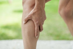 Calambre en becerro de la pierna durante actividad de los deportes Imagenes de archivo