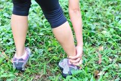El corredor de la mujer se divierte lesión Foto de archivo