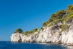 Calanques的白色峭壁在卡西斯普罗旺斯,法国附近的 免版税库存图片