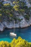 Calanques av portstiftet med fartyget Royaltyfri Foto