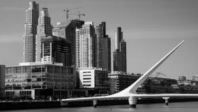 Calatraba妇女桥梁在布宜诺斯艾利斯,马德罗港,白色和黑 图库摄影