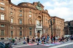 Calca dell'istantaneo di yoga in piazza Carignano, Torino Immagine Stock Libera da Diritti