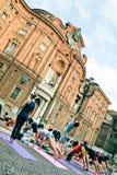 Calca dell'istantaneo di yoga in piazza Carignano, Torino Fotografie Stock