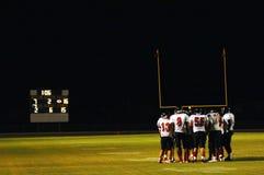 Calca di gioco del calcio alla partita notturna Fotografie Stock Libere da Diritti
