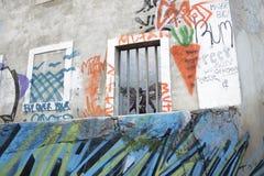 Calcada gör den Lavra gatan i Lissabon med dess grafitti och ingen a Royaltyfri Bild