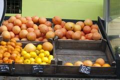 Calce, arancia, tagerine, pompelmo in una scatola di vimini che appende sulla parete, per la vendita sul mercato Fotografia Stock