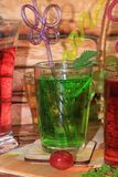 Calce in calici e frutta di vetro con la menta su una tavola di legno immagine stock