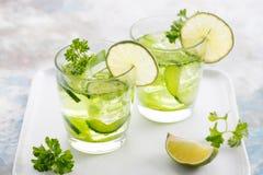 Calce, cetriolo, cocktail del prezzemolo, acqua della disintossicazione Fotografia Stock Libera da Diritti