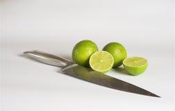 Calce, coltello d'acciaio del damasco, fondo bianco immagine stock