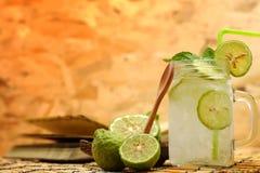 Calce del Kaffir così, bevanda fresca della soda del bergamotto, erba di tradizione della Tailandia per il trattamento di rifluss immagini stock